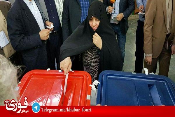 رئیسی و همسرش در حال رای دادن (عکس)